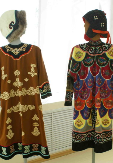 Самар Юлия Дмитриевна(слева) Самар Анна Александровна. (справа) Праздничные халаты,ткань, рыбья кожа, апппликация, вышивка. 1990 г., 1968 г.